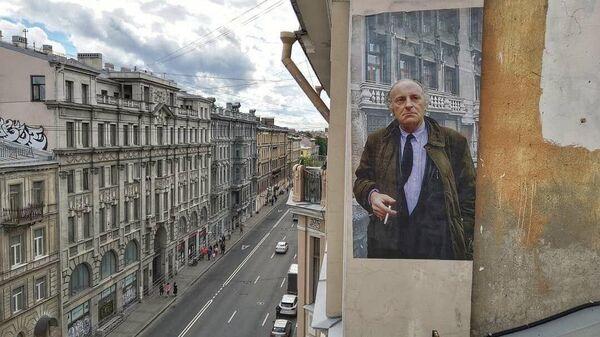 Портрет поэта Иосифа Бродского на стене дома в Санкт-Петербурге
