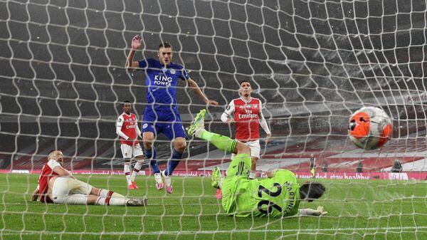 Джейми Варди забивает гол в ворота Арсенала