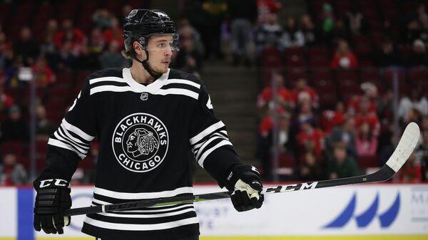 Хоккеист Лукас Карлссон в матче НХЛ за Чикаго Блэкхоукс