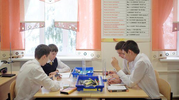 Ученики лицея №48 города Краснодара на занятии по физике