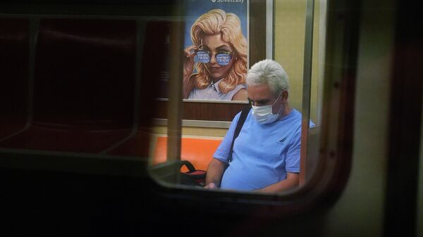 Мужчина на одной из станций метро Нью-Йорка, США