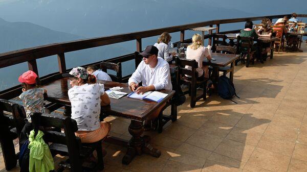 Туристы в ресторане на высоте 2375 метров на горном курорте Красная Поляна