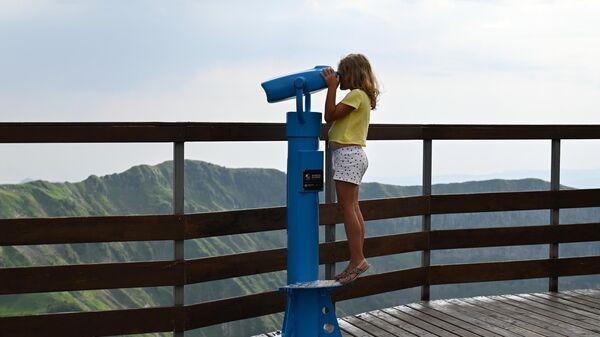 Девочка на Панорамной площадке на горном курорте Красная Поляна