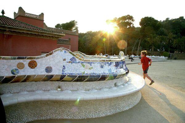 Скамейка в парке Гуэль, Барселона, Испания
