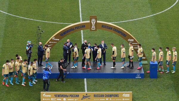 Игроки ФК Зенит на церемонии вручения кубка чемпионов России.