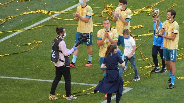 Футболисты Зенита радуются получению кубка РПЛ.