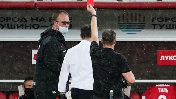 Судья показывает красную карточку тренеру Спартака Доменико Тедеско
