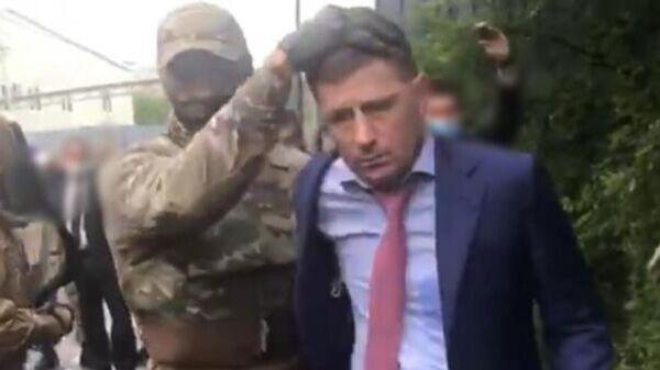 Сотрудники ФСБ России проводят задержание губернатора Хабаровского края Сергея Фургала