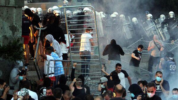 Участники протестов и полицейские в Белграде после введения комендантского часа