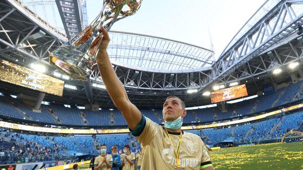 Игрок ФК Зенит Артём Дзюба на церемонии вручения кубка чемпионов России