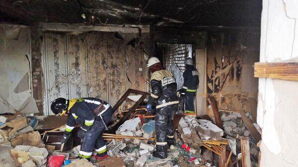 Сотрудники МЧС РФ работают на месте взрыва бытового газа в жилом доме