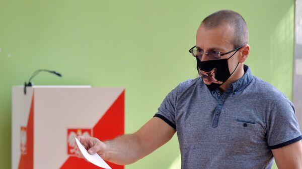 Житель Польши во время голосования на выборах президента Польши
