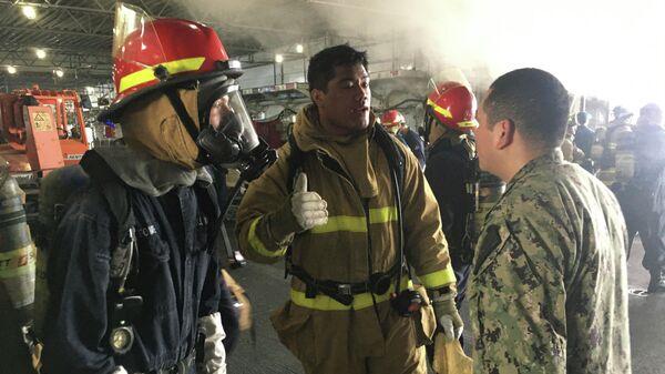 Работа пожарных служб на универсальном десантном корабле USS Bonhomme Richard (LHD 6) на военно-морской базе в Сан-Диего