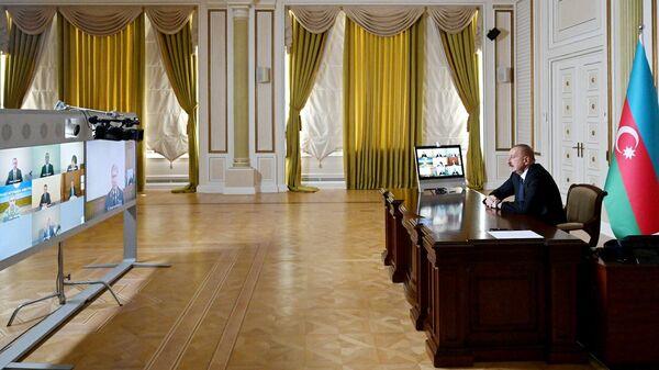 Президент Азербайджана Ильхам Алиев во время заседания Совета безопасности Азербайджана в связи с ситуацией на границе с Арменией