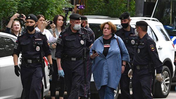 Сотрудники полиции задерживают журналиста ИД Коммерсантъ Арину Бородину возле следственного изолятора №2 в Лефортово