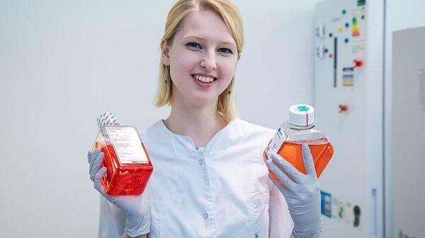 Студентка 1 курса магистратуры БФУ Анна Моторжина в биологическом отделении лаборатории
