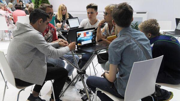 Участники Московского международного форума Город образования на ВДНХ в Москве
