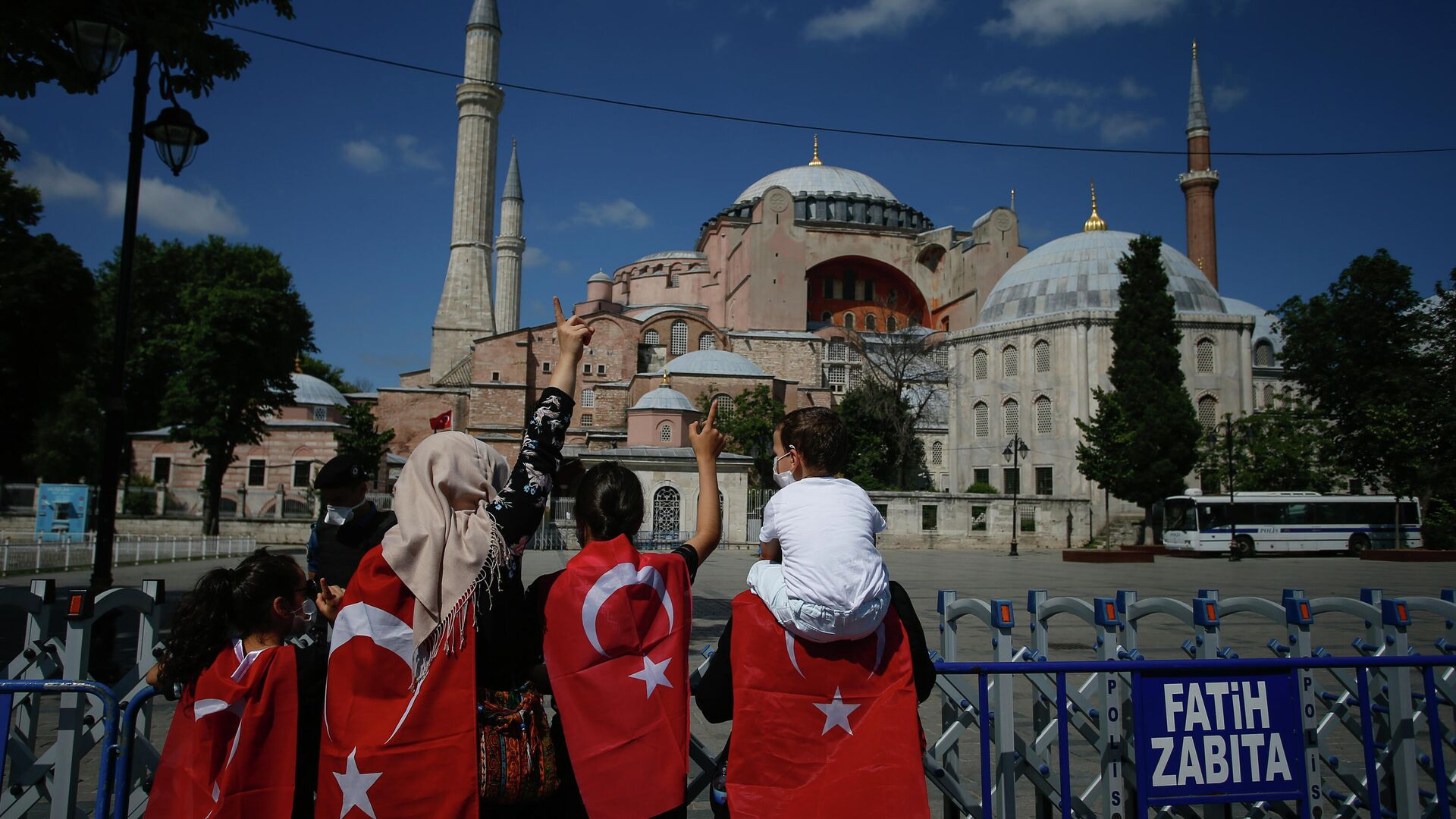 Люди около Собора Святой Софии в Стамбуле  - РИА Новости, 1920, 14.07.2020