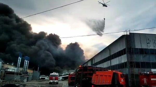 Кадры тушения пожара при помощи вертолета МЧС на складе в Самаре