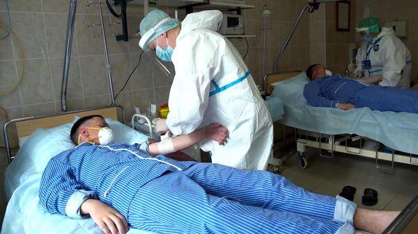 Забор крови на анализ перед выпиской добровольцев испытаний вакцины от коронавируса в Главном военном клиническом госпитале имени Н. Н. Бурденко