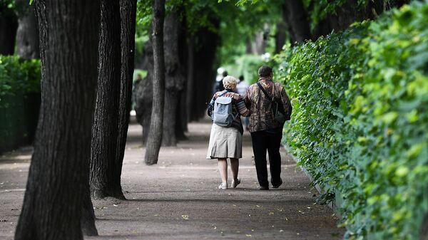 Горожане отдыхают в Летнем саду в Санкт-Петербурге