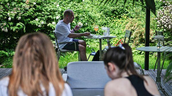 Посетители на летней веранде кафе