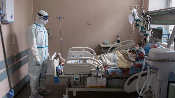 Медицинский работник Тверской областной клинической больницы в палате с коронавирусными больными