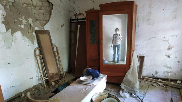 Повреждения в жилом доме, пострадавшем в результате обстрела на армяно-азербайджанской границе в селе Неркин Кармирахпюр в Армении.