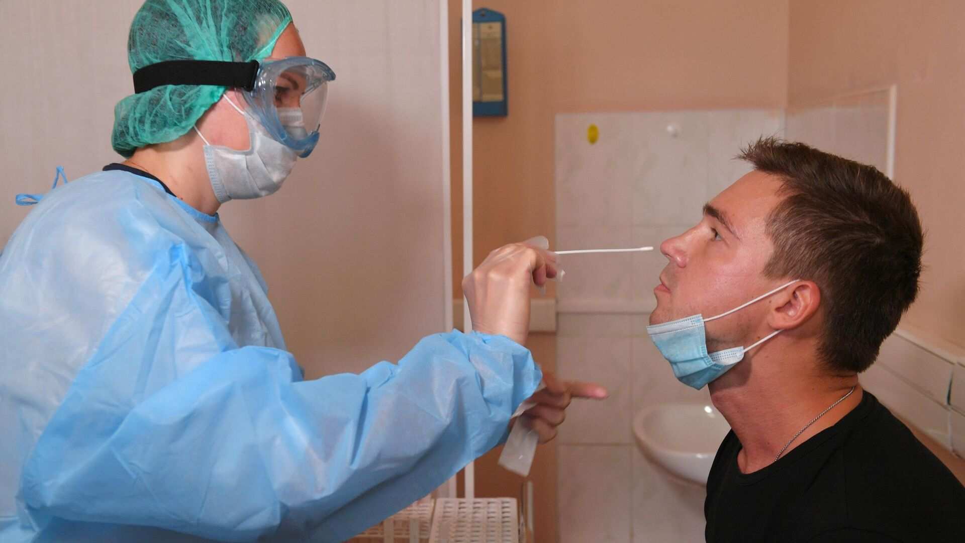 Пациент во время взятия мазка на коронавирус COVID-19 в городской поликлинике №109 ДЗМ в Москве - РИА Новости, 1920, 06.12.2020