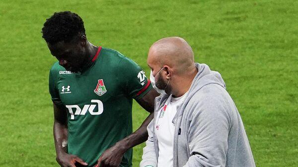 Футболист Локомотива Эдер уходит с поля для получения медицинской помощи