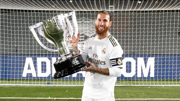 Капитан мадридского Реала Серхио Рамос с трофеем чемпионата Испании по футболу