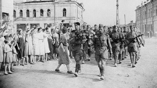 Советские солдаты на улицах освобожденного города Орла во время Великой Отечественной войны