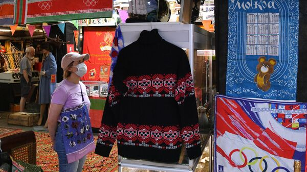 Посетительница выставки, приуроченной к 40-летию со дня открытия Олимпийских игр 1980 года в Москве