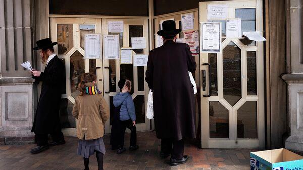 Мужчины у синагоги в Нью-Йорке