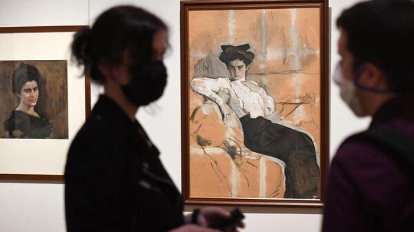 Посетители на открытии выставки Предчувствуя ХХ век в Третьяковской галерее.