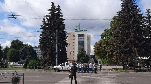 Сотрудники полиции в оцеплении у места, где мужчина захватил автобус с 20 заложниками в Луцке