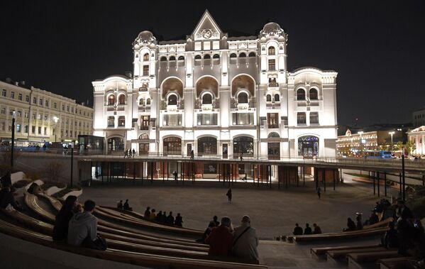 Амфитеатр в Музейном парке перед главным входом в Политехнический музей со стороны Лубянской площади в Москве