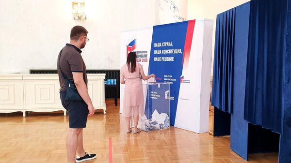 Девушка голосует по вопросу изменений в Конституцию России