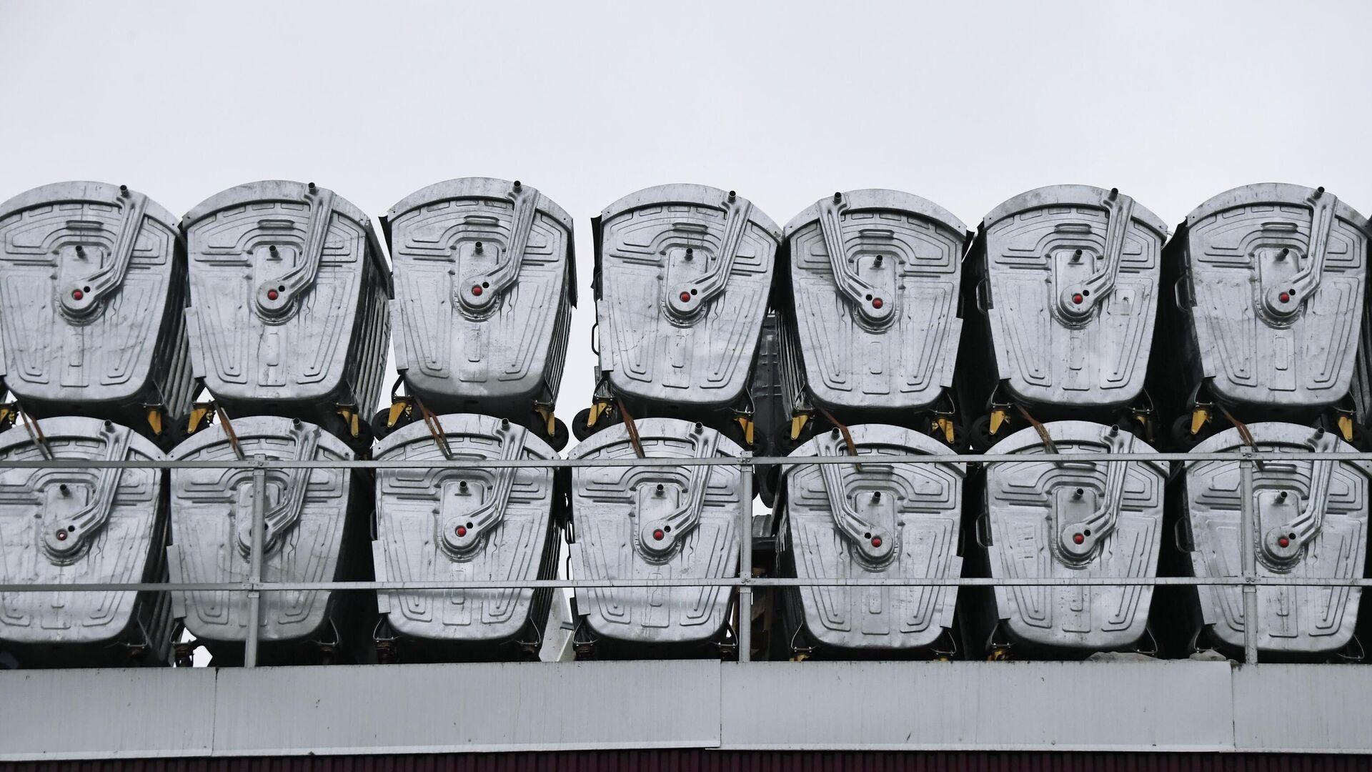 Мусорные контейнеры в пункте сортировки и переработки отходов - РИА Новости, 1920, 22.07.2020