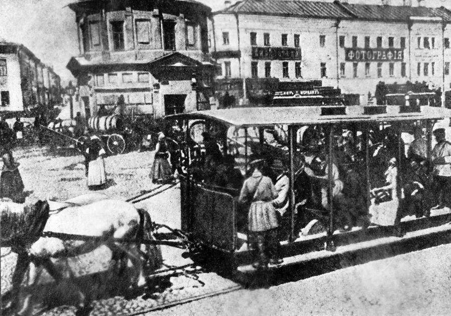 Жители города Москвы едут в конке по Серпуховской площади. Конец XIX века