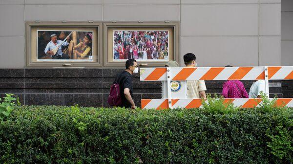 Люди возле консульства Китая в Хьюстоне