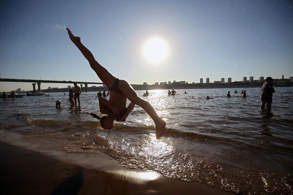 Отдыхающие на пляже в Волгоградской области