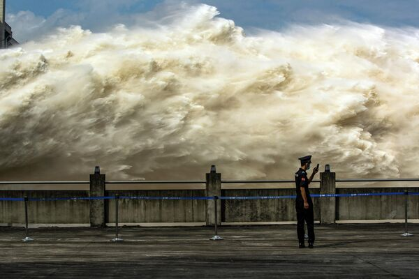 Спуск воды на плотине в Ичане, провинция Хубэй, Китай