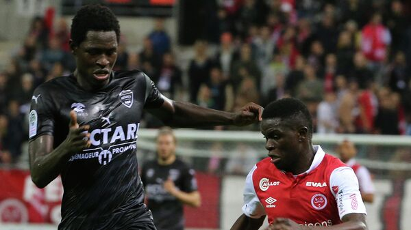 Полузащитник французского футбольного клуба Ним Сиди Сарр (слева)