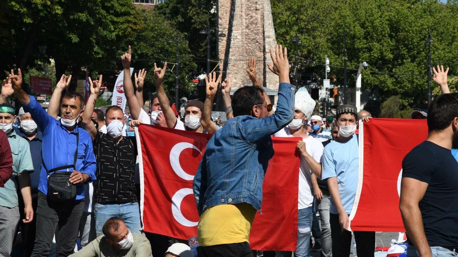 Верующие перед намазом на площади Султанахмет у собора Святой Софии в Стамбуле - РИА Новости, 1920, 25.07.2020