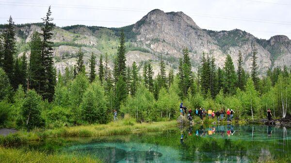 Гейзерное озеро недалеко от села Акташ в Республике Алтай