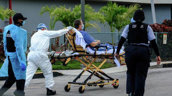 Медики доставляют пациента в госпиталь для коронавирусных больных в Майами, Флорида