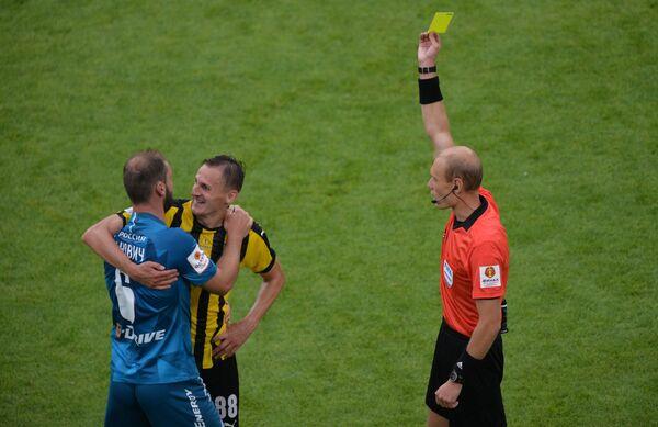 Главный судья Владимир Москалёв показывает желтую карточку игроку Химок Владимиру Дядюну