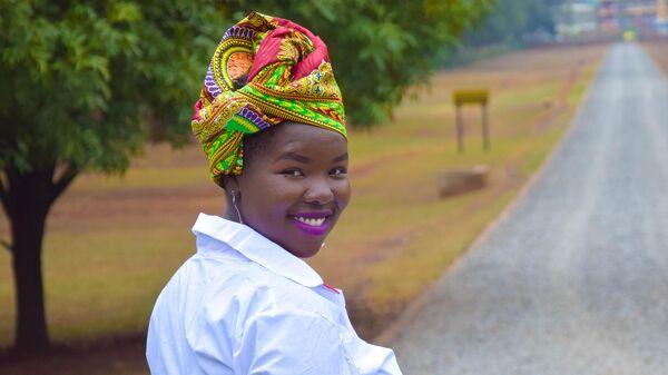 Девушка в национальном парке Найроби в Кении