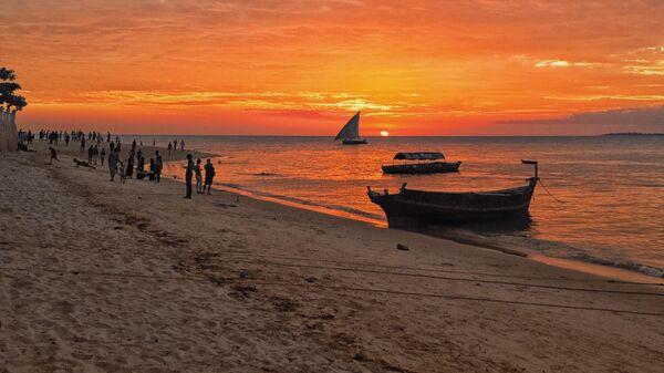 Закат на пляже Занзибара
